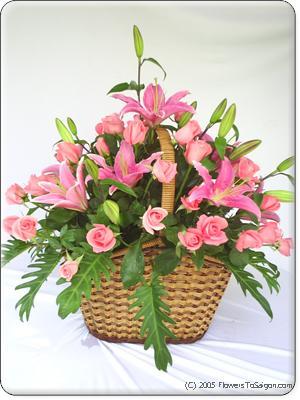 FlowersToSaigon.com: Giỏ Hồng Phấn & Lily - Giỏ hoa gồm 30 hoa hồng và 5 cành Lily, cao khoảng 60cm. Toàn màu hồng, thật đẹp và lãng mạn?